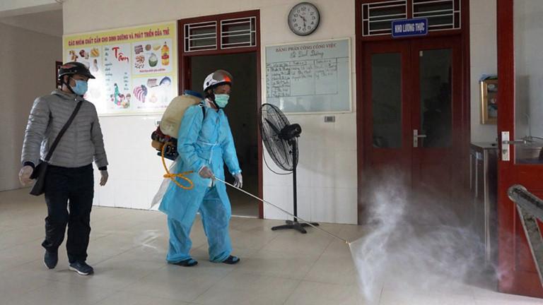 Dung dich cloramin b được phun phòng dịch trường học
